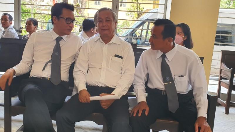 BS Liêm (người ngồi giữa) trao đổi với LS trước khi phiên tòa diễn ra.