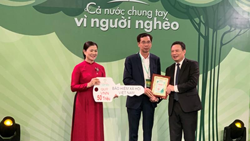 Phó Tổng Giám đốc BHXH Việt Nam Đào Việt Ánh đại diện Ngành trao ủng hộ Quỹ Vì người nghèo năm 2020.