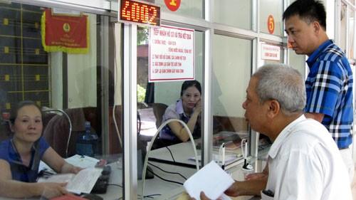 Cán bộ bộ phận một cửa của TP. Thái Nguyên đang hướng dẫn người dân làm thủ tục hồ sơ.