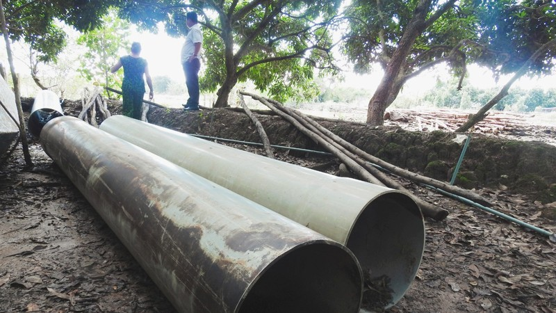 Vật tư được UBND xã Tân Phong hỗ trợ xây đập nằm chờ.