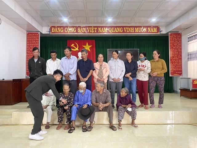 Ông Lê Khắc Ngân – Giám Đốc công ty cổ phần đầu tư thương mại và xây dựng Aluco, đại diện thương hiệu 3H tại Việt Nam trao những phần quà cho bà con bị ảnh hưởng bởi con bão số 9