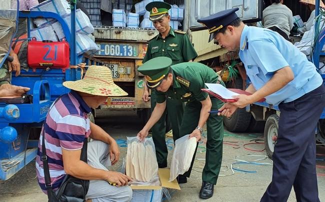 Hải quan Chi cục Cửa khẩu Bắc Phong Sinh phối hợp Bộ đội Biên phòng đồn Quảng Đức, Quảng Ninh kiểm tra hàng hóa xuất nhập khẩu.