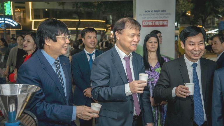 Thứ trưởng Bộ Công thương - Đỗ Thắng Hải và Lãnh đạo các Bộ, ngành tham quan tại các gian hàng an toàn thực phẩm tại lễ phát động Chương trình hỗ trợ kết nối tiêu thụ sản phẩm thực phẩm an toàn ngành Công Thương năm 2020.