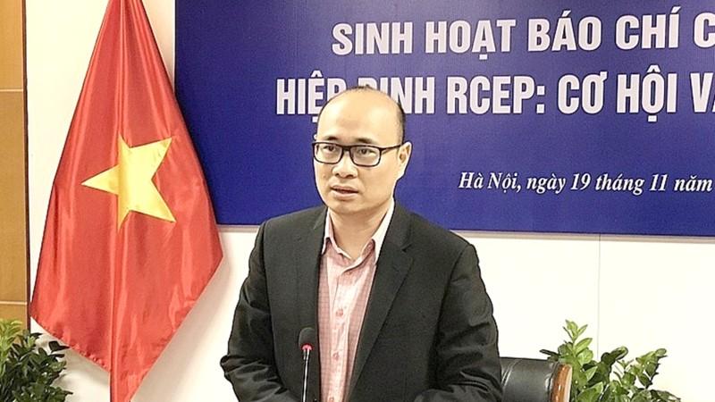 Ông Lương Hoàng Thái trả lời báo chí.
