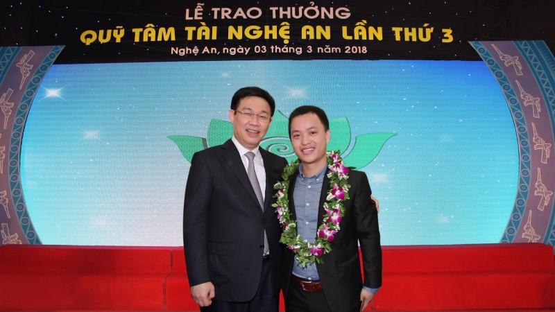 Phó thủ tướng Chính phủ Vương Đình Huệ trao giải thưởng cho Công ty Hồ Hoàn Cầu tại Lễ Trao thưởng Quỹ Tâm Tài Nghệ An - Lần thứ 3.