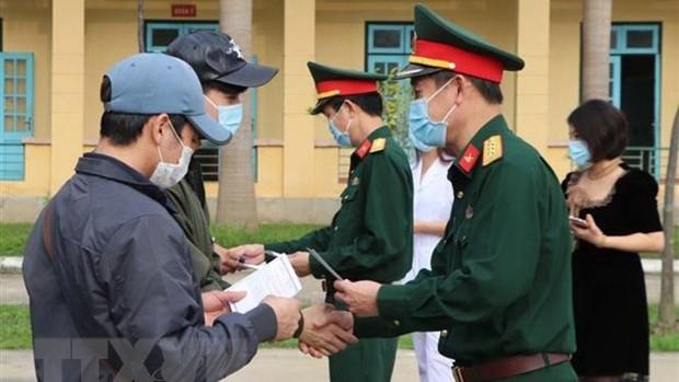 Lãnh đạo Bộ Chỉ huy quân sự tỉnh Hòa Bình trao giấy chứng nhận hoàn thành thời gian cách ly cho công dân. (Ảnh: Thanh Hải/TTXVN)