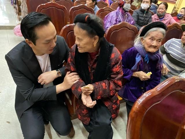 Chủ tịch Nguyễn Mạnh Hà chia sẻ những khó khăn với bà con vùng lũ