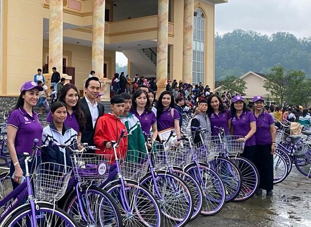 Doanh nhân Nguyễn Mạnh Hà trao xe đạp & học bổng cho trẻ em nghèo hiếu học tại tỉnh Hà Tĩnh