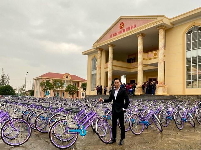 Doanh nhân Nguyễn Mạnh Hà trao xe đạp & học bổng cho trẻ em nghèo hiếu học tại huyện Lộc Hà, tỉnh Hà Tĩnh