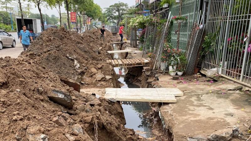 Trong khi các hộ dân chưa bàn giao đất thì đã bị đơn vị thi công đến đào đường cống ngay mặt tiền nhà.