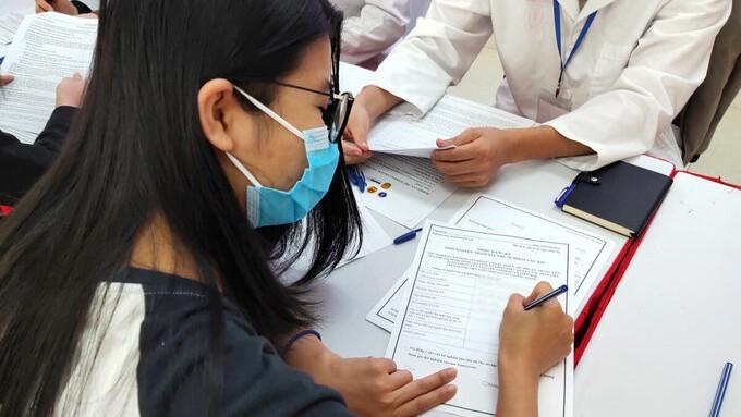 Một tình nguyện viên đăng ký thử nghiệm lâm sàng vaccine Covid-19 Việt Nam sáng 10/12. (Hình: vnexpress.net)