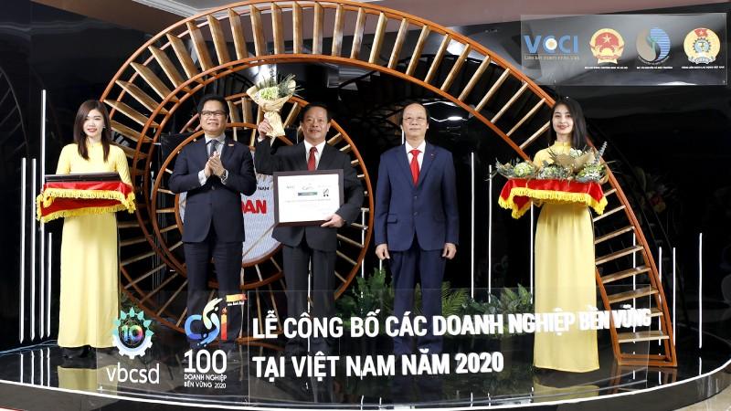 Đại diện Công ty Vedan Việt Nam, ông Kuo Ting Hung nhận giải thưởng từ ban tổ chức