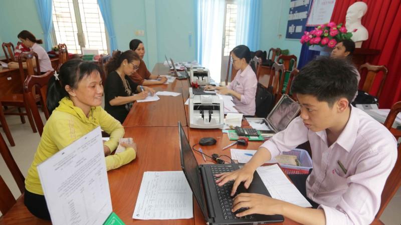 Một buổi giao dịch của NHCSXH huyện Bến Lức tại điểm giao dịch xã Thạnh Lợi, huyện Bến Lức, Long An.