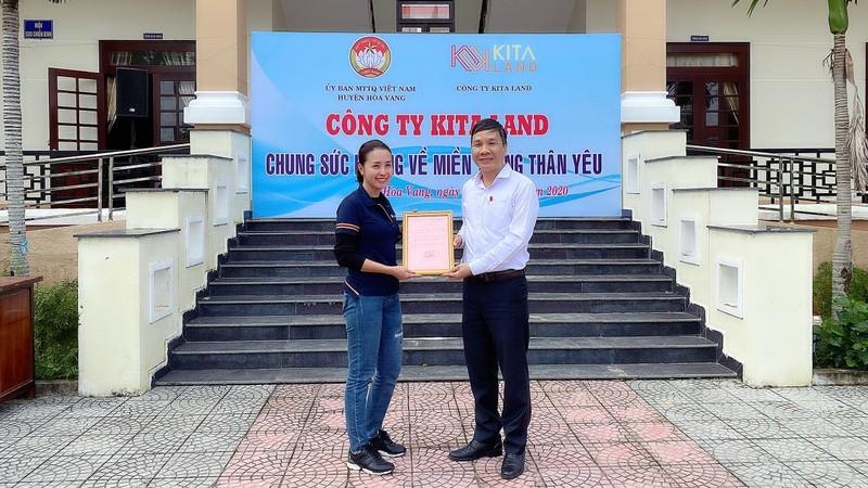 Bà Đặng Thị Thuỳ Trang (Tổng Giám Đốc tập đoàn KITA Group) đại diện công ty chung sức cứu trợ miền Trung.
