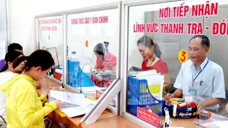 Người dân đến giao dịch tại Bộ phận tiếp nhận và trả kết quả giải quyết hồ sơ thủ tục hành chính ở TP. Thái Nguyên.