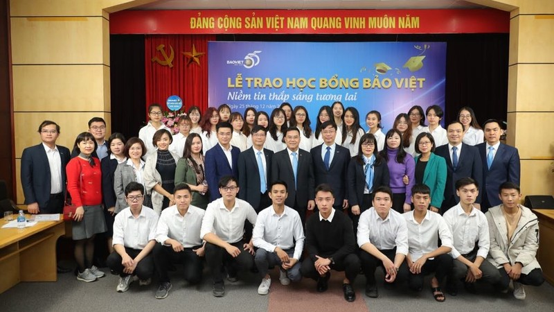 """Học bổng """"Bảo Việt - niềm tin thắp sáng tương lai"""" đồng hành cùng sinh viên trường Đại học Kinh tế Quốc dân"""