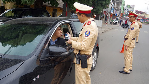 Công an TP Thái Nguyên kiểm tra nồng độ cồn với tài xế.