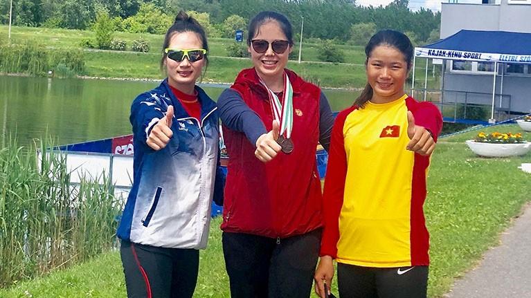Huấn luyện viên thể thao Dương Thị Mai (giữa) và các vận động viên.