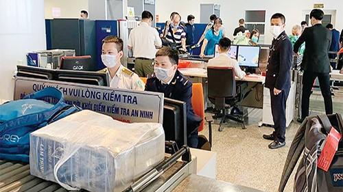 Cán bộ Hải quan giám sát chặt hàng hóa xuất nhập cảnh. (Ảnh minh họa)