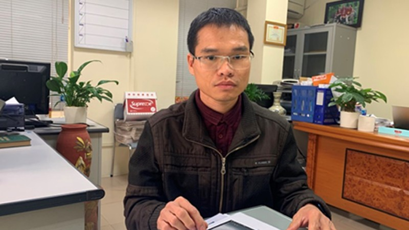Ông Trường trao đổi sự việc với phóng viên.