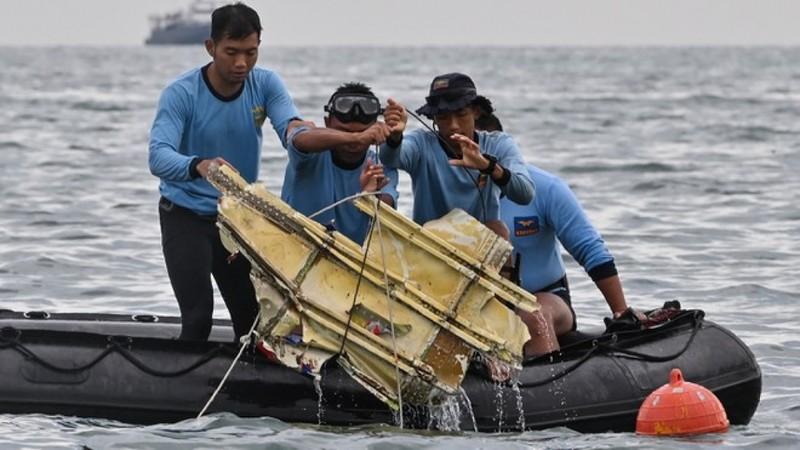 Trục vớt mảnh vỡ máy bay Indonesia bị rơi. Ảnh AFP