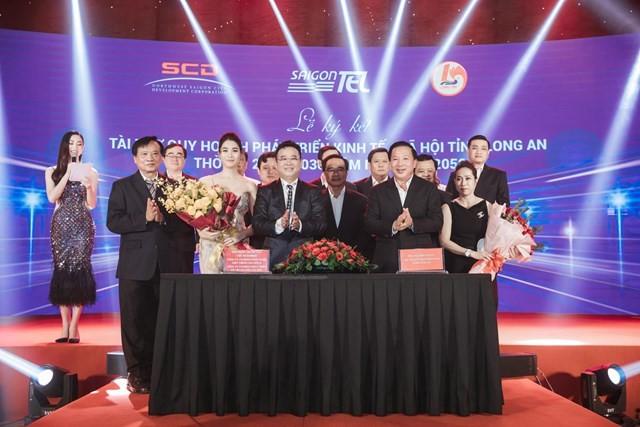 Ông Đặng Thành Tâm, đại diện liên danh SAIGONTEL và SCD và ông Nguyễn Văn Út, Chủ tịch UBND tỉnh Long An