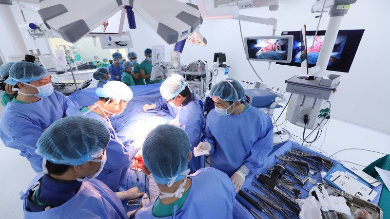 Ca phẫu thuật thay xương chậu nhân tạo phức tạp với sự tham gia của hơn 15 bác sĩ đến từ 7 chuyên khoa của BVĐK Tâm Anh
