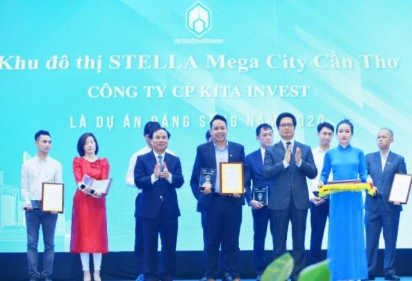 Ông Đỗ Hữu Phước - Giám đốc Truyền thông KITA Group nhận giải thưởng Dự án đáng sống 2020 cho Stella Mega City