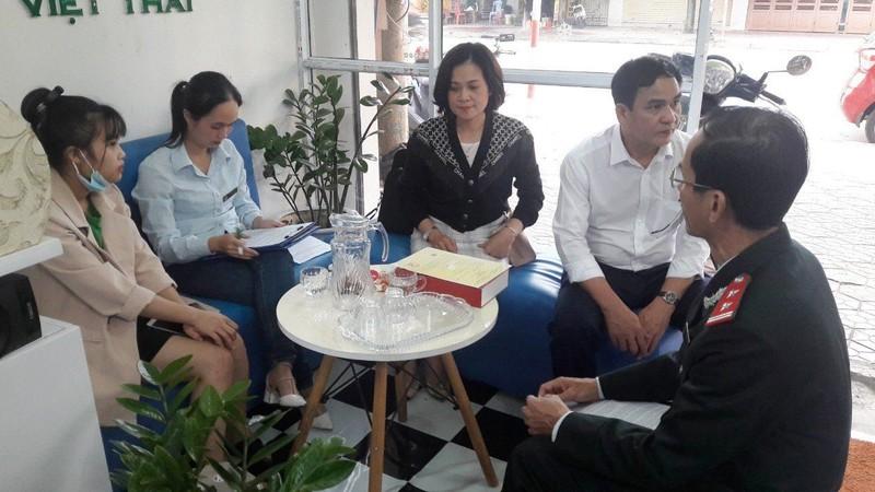 Đoàn kiểm tra lập biên bản đình chỉ hoạt động cơ sở thẩm mỹ Việt Thái ở TP Hà Tĩnh.
