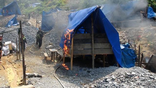 Lực lượng chức năng Quảng Nam đánh sập đẩy đuổi các đối tượng ra khỏi hầm vàng trái phép.