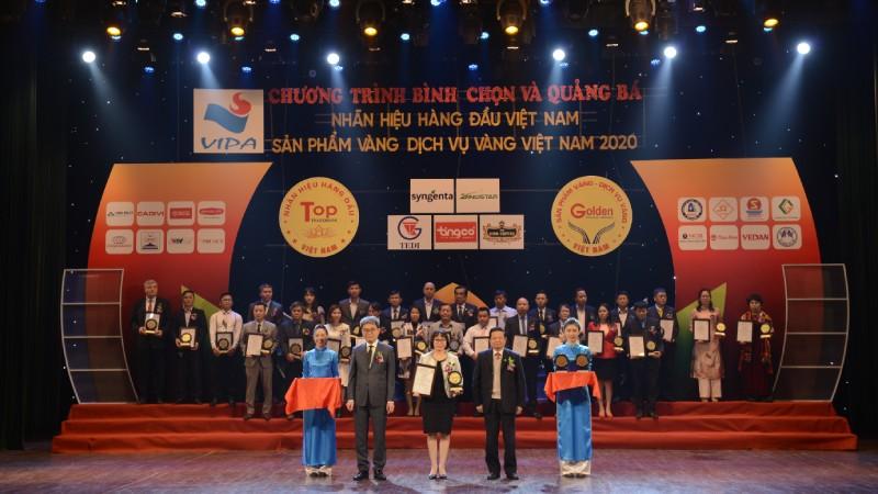 Đại diện Vedan Việt Nam nhận chứng nhận từ Ban tổ chức