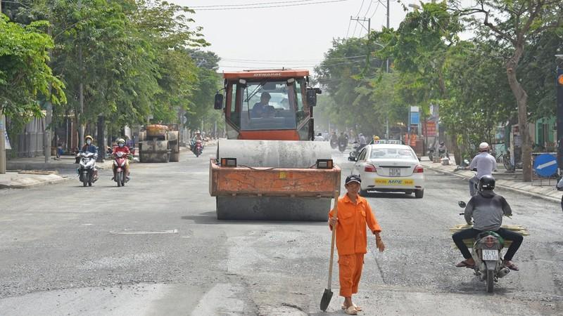 Công nhân thi công tại dự án cải tạo hệ thống thoát nước và nâng đường Huỳnh Tấn Phát hồi tháng 11/2020.