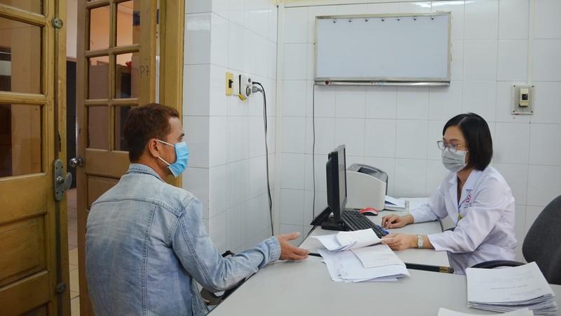 Tư vấn điều trị cho người nhiễm HIV.