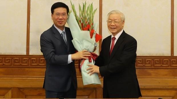 Tổng Bí thư, Chủ tịch nước Nguyễn Phú Trọng tặng hoa chúc mừng đồng chí Võ Văn Thưởng, Ủy viên Bộ Chính trị, được phân công giữ chức Thường trực Ban Bí thư. (Ảnh: Trí Dũng/TTXVN)