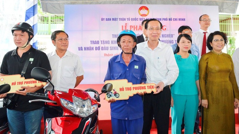 Trao phương tiện sinh kế cho người nghèo TP HCM