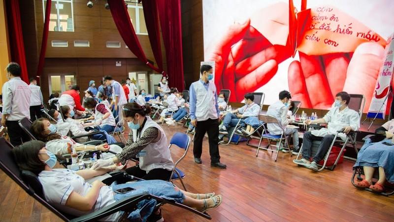 Hàng trăm cán bộ y tế tham gia hiến máu sáng 19/2, nhưng lượng máu tiếp nhận còn thiếu so với nhu cầu điều trị.