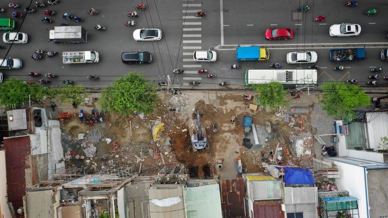 Người dân giao mặt bằng cho dự án metro tuyến số 2 tại TP Hồ Chí Minh.