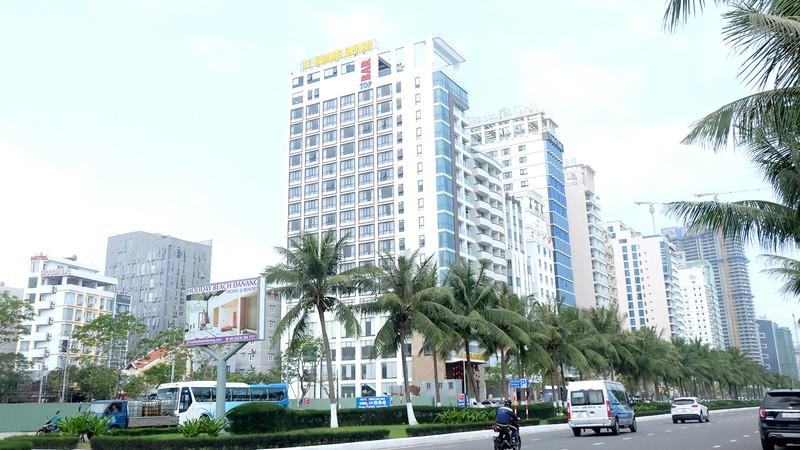 Tuyến đường ven biển Đà Nẵng với đa số khách sạn đìu hiu, phải tạm ngưng hoạt động vì không có khách.