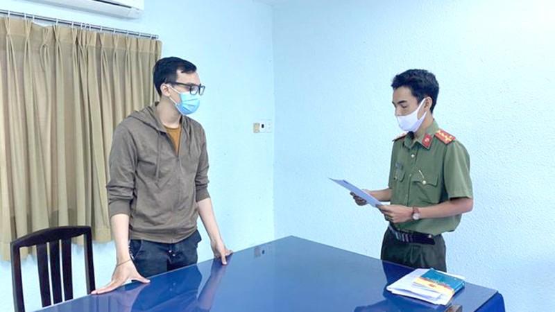Công an TP Hồ Chí Minh tống đạt quyết định tố tụng tới Hậu.