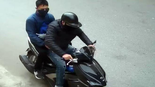 Hình ảnh hai nghi phạm bị camera an ninh ghi lại.