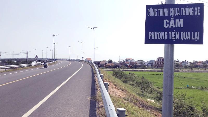 Cầu Cẩm Kim chưa thể thông xe vì chưa có đường dẫn.