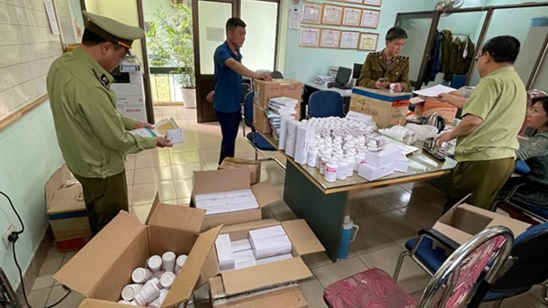 Kiểm kê các loại dược phẩm được vận chuyển từ Cảng hàng không quốc tế Nội Bài.