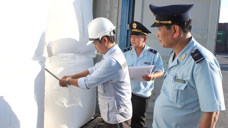 Hoạt động lấy mẫu kiểm tra hàng hóa xuất nhập khẩu. Ảnh N.Linh