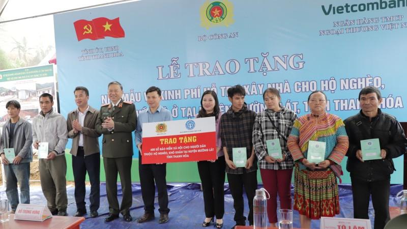 Bảo hiểm xã hội Việt Nam trao tặng 600 sổ bảo hiểm xã hội cho các hộ nghèo