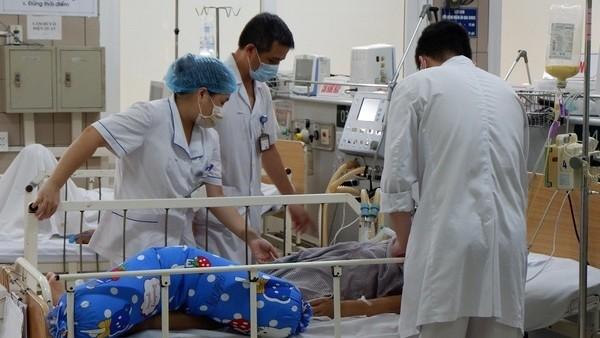 Các bác sĩ đang thăm khám nạn nhân vụ ngộ độc.