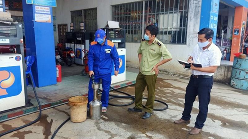 Lực lượng quản lý thị trường phối hợp kiểm tra tình hình kinh doanh xăng dầu.