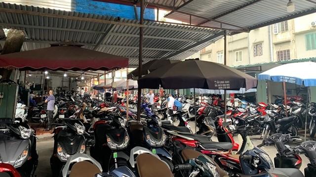 Một góc chợ xe máy, đồ cũ Dịch Vọng.