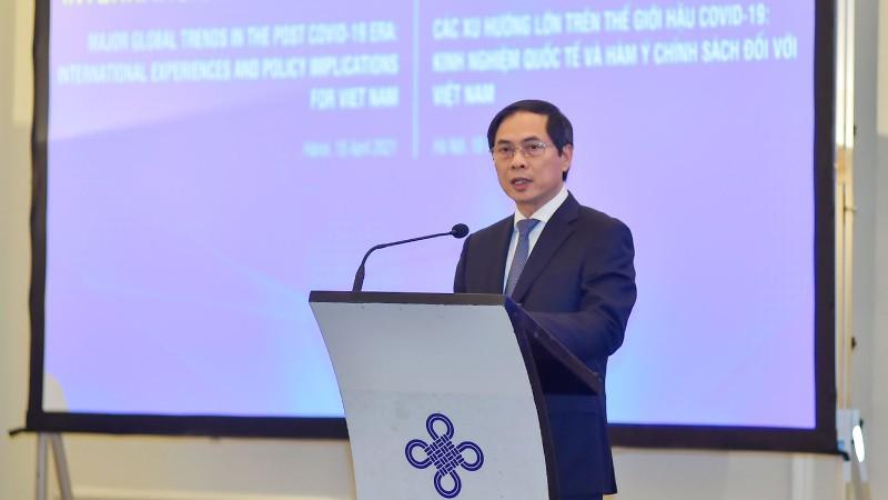 Bộ trưởng Bộ Ngoại giao Bùi Thanh Sơn phát biểu tại tọa đàm.
