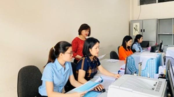 Cán bộ Phòng Chế độ BHXH (BHXH tỉnh Phú Thọ) đang rà soát lại hồ sơ hưu trí.