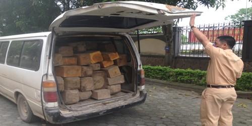 Nữ quái tháo ghế chở gỗ lậu, chạy trốn lực lượng CSGT